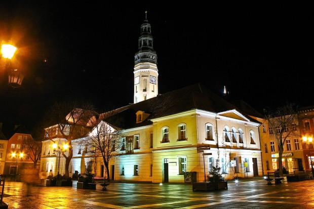 Zielonogórski ratusz i rynek nocą, Tb808 / Wikimedia commons / (CC BY-SA 3.0)