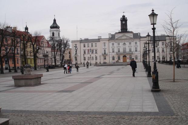 Płock: stary rynek, w tle ratusz, Krzysztof Lisocki / Wikimedia commons / (CC BY-SA 4.0)