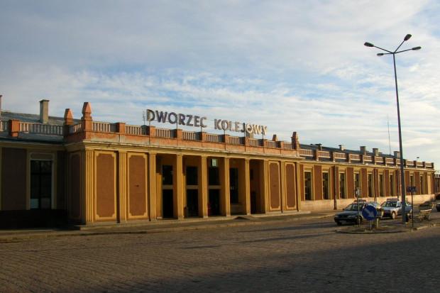 Kalisz - dworzec PKP. Fot.: Bartek Wawraszko (Bast) / Wikimedia Commons / (CC BY-SA 3.0)